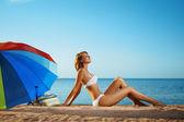 Luxusní dívka leží na pláži — Stock fotografie