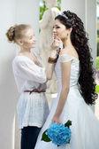στυλίστας φροντίζει της νύφης — Φωτογραφία Αρχείου