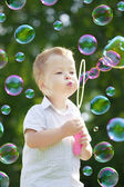 Ñhild blow bubbles — Stockfoto