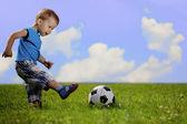 Mutter und sohn spielen ball im park. — Stockfoto