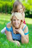 Mutter und tochter umarmt im park — Stockfoto