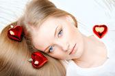 Meisje liggend op het bed met een rood hart — Stockfoto