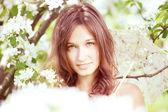 Piękna dziewczyna w bujnej wiosenny ogród — Zdjęcie stockowe