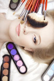 Pennelli di make-up professionale stilista nelle loro mani — Foto Stock