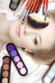 Professionell stylist make-up penslar i händerna — Stockfoto