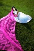 Noiva beleza com um véu longo roxo — Foto Stock