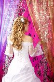 Sposa di lusso su uno sfondo luminoso con acconciatura da sposa — Foto Stock