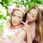 δίδυμο γυναίκες με μια λιβελούλα — Φωτογραφία Αρχείου