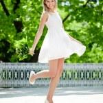 retrato de jovem sorridente no salto, ao ar livre — Foto Stock