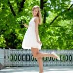 Portrait de jeune femme souriante au saut, à l'extérieur — Photo