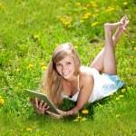 bela mulher sorridente com o tablet pc, ao ar livre — Foto Stock