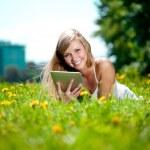 belle femme souriante avec tablet pc, à l'extérieur — Photo