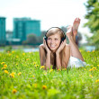 Smiling woman Woman listening to music on headphones outdoors — Foto Stock