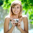 Beautiful smiling woman with a camera, outdoors — Foto de Stock