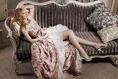 Elegante donna in un interno lussuoso — Foto Stock