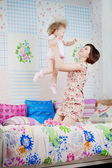 Mom throws daughter up — Stockfoto