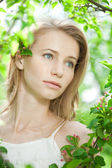 Spring woman blossoming garden — Stockfoto
