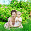 Baby mit Mutter im park — Stockfoto #11942106