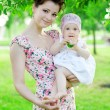 Baby with mother in park — Stockfoto