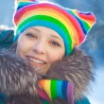 femme hiver dans le chapeau de l'arc-en-ciel — Photo