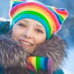 vintern kvinna i rainbow hatt — Stockfoto