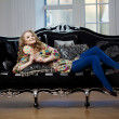 Beauty woman in luxurious sofa — Stock Photo