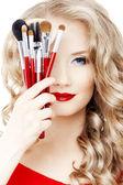 Styliste avec les pinceaux de maquillage — Photo