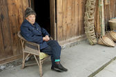 Old man in a old town — Foto Stock