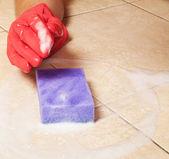 红色橡胶手套的手清洁家地板 — 图库照片