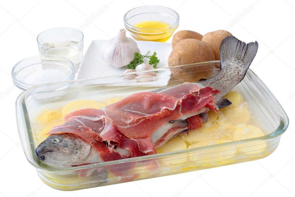 Fresh trout with slices of ham on a layer potatoes and all the ingredients necessary for its preparation to the oven — Stock Photo #11989356