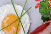 Fried Eggs Sunny Side Up with Bacon, Parsley and Lettuce — Stock Photo