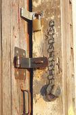 Zamki na starych drzwi szopy — Zdjęcie stockowe