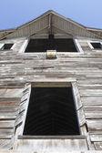 Vordere fassade einer alten scheune — Stockfoto
