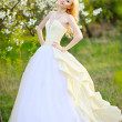 Portrait of a beautiful bride in a lush garden - Foto Stock
