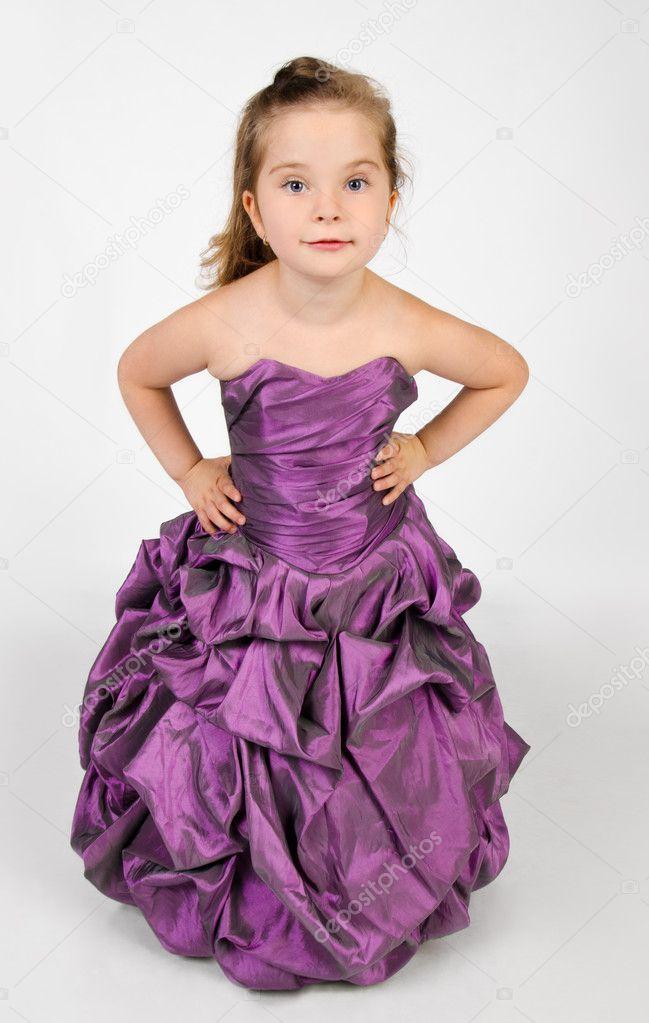 portrait de l 39 adorable petite fille souriante dans une robe de princesse photographie. Black Bedroom Furniture Sets. Home Design Ideas