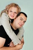 Portret van een gelukkige jonge paar — Stockfoto