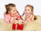 Duas meninas conversando e caixa de presente — Foto Stock
