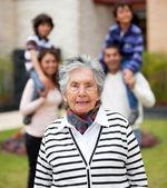 Babička s její rodinou — Stock fotografie
