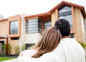 пара, глядя на дом — Стоковое фото