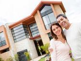 Par med deras hus — Stockfoto