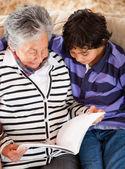 Babička číst příběh — Stock fotografie