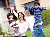 Familia emocionada al aire libre — Foto de Stock