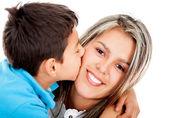 Garoto beijando sua mãe — Foto Stock