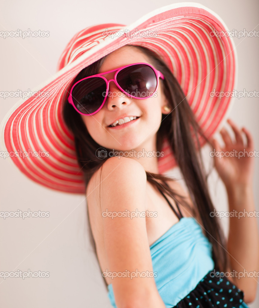 Fashion summer girl wearing a hat and posing for the camera — Stock Photo #10811973