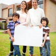 Family selling a house — Stockfoto