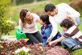Familjen trädgårdsskötsel — Stockfoto
