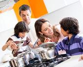 Familie kochen zusammen — Stockfoto