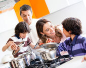 Family cooking together — Stockfoto