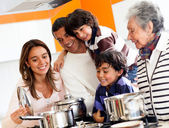 Family cooking at home — Stockfoto