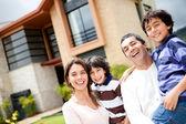 ευτυχισμένη οικογένεια στο σπίτι — Φωτογραφία Αρχείου